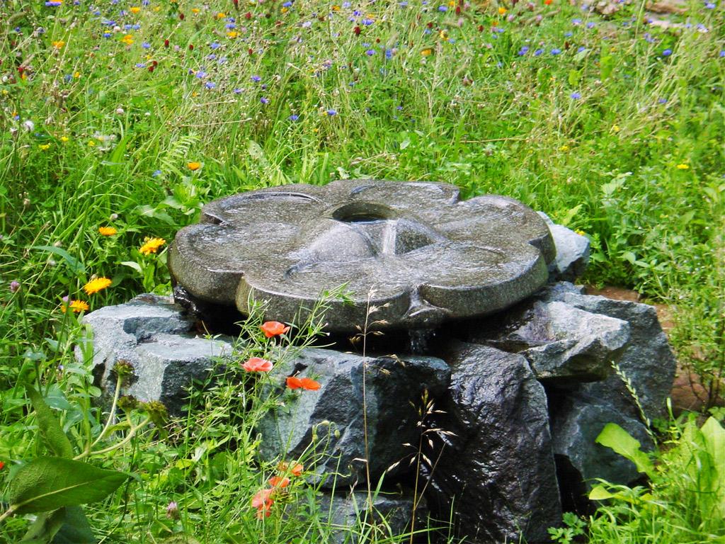 Vogeltränke Ashdown Quellstein als Startpunkt oder Brunnen - Flowforms